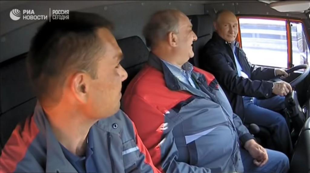 Путин ведет Камаз по Керченскому мосту